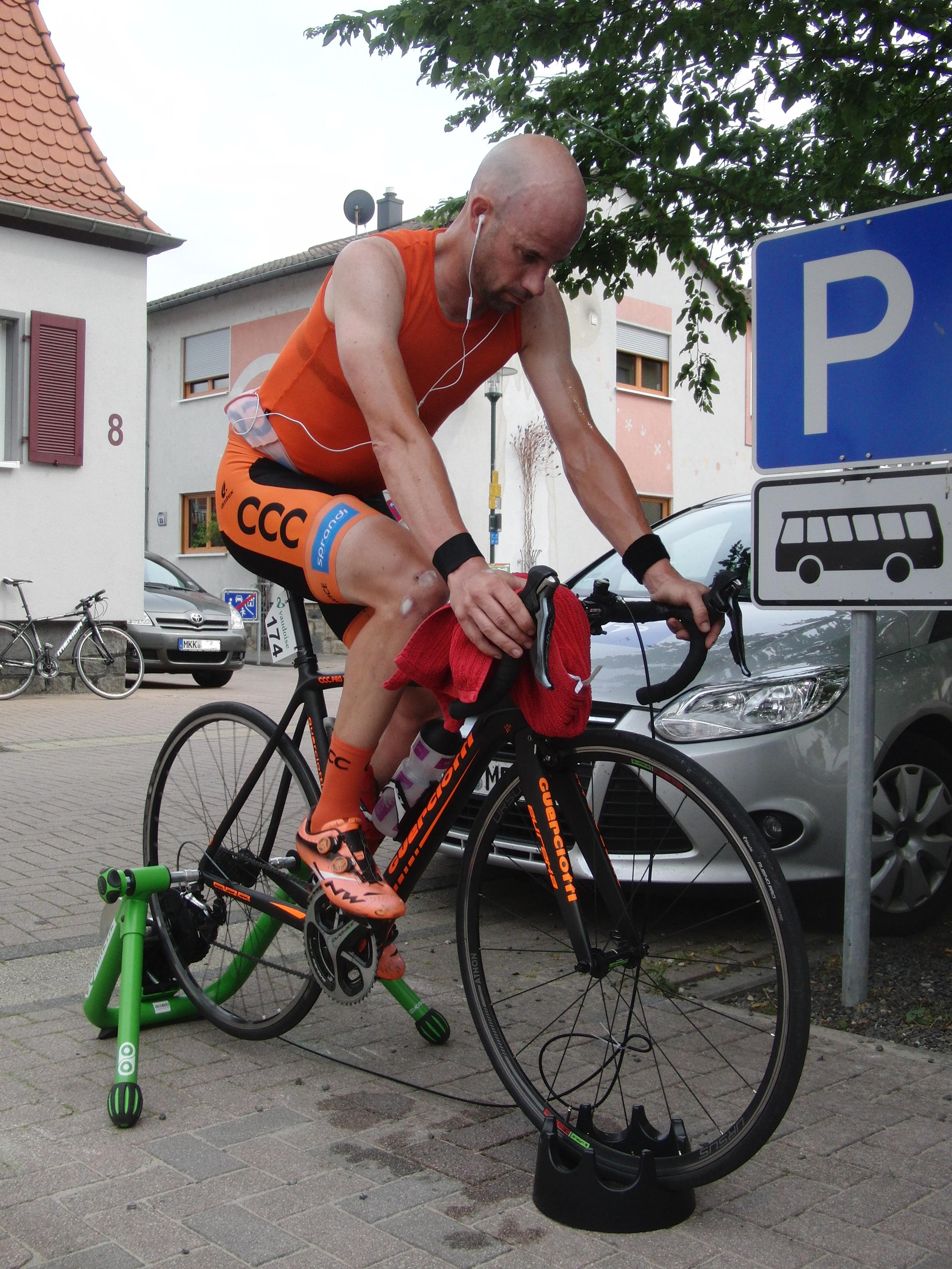 Stefan Schumacher vom polnischen Team CCC Sprandi beim Aufwärmen. Er wird später die drittschnellste Zeit fahren.